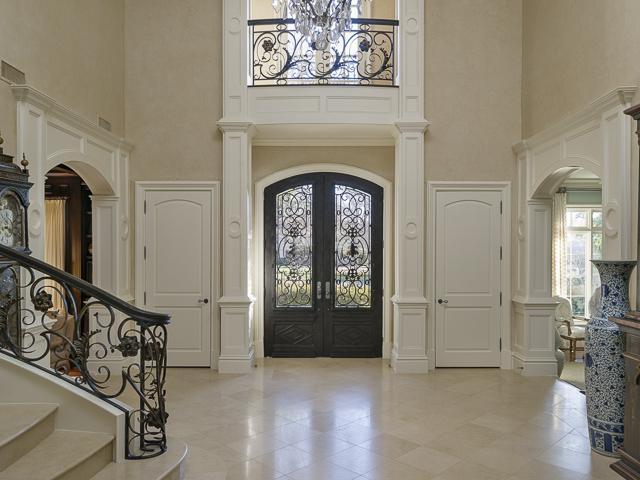4923 Deloache foyer