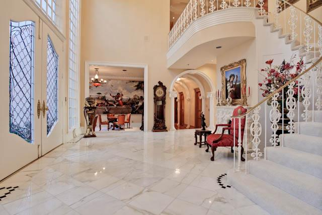 8915 Douglas foyer