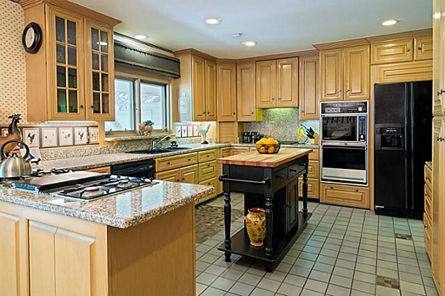 11757 Hill Haven kitchen