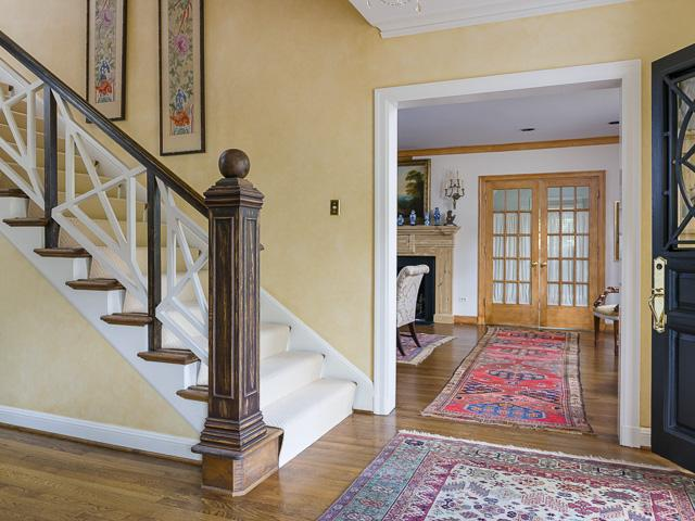 4412 Belclaire foyer