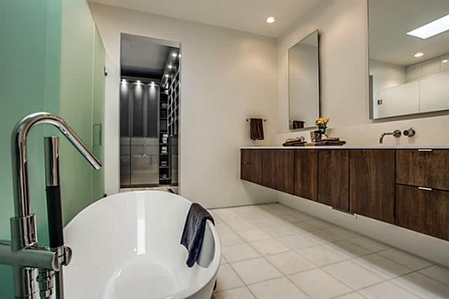 2843 Lee Street master bath