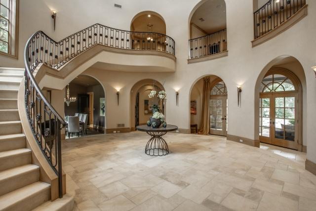 5019 Shadywood foyer