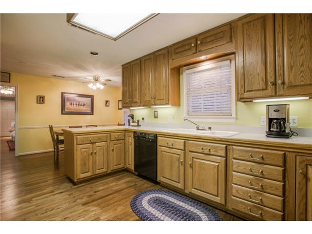 7022 Lakeshore kitchen1