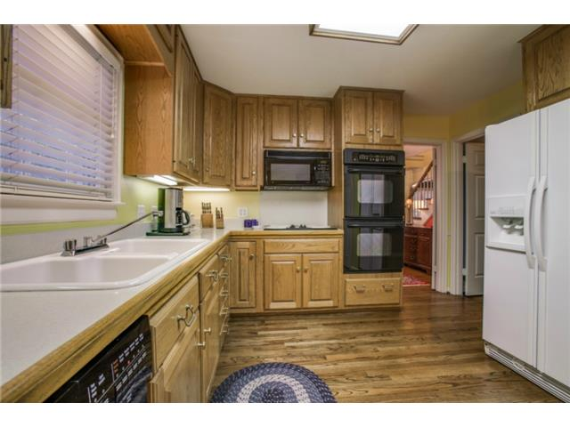 7022 Lakeshore kitchen3