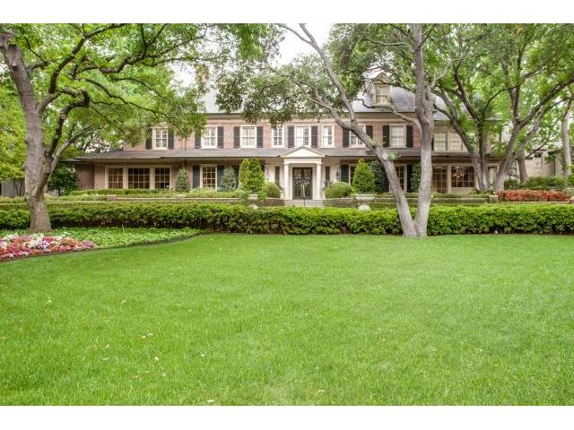 4205 Lakeside is a gorgeous Anton Korn original on one of Highland Park's most picturesque streets. It is the bonus home and site of the ABPA Homes for the Holidays home tour market.