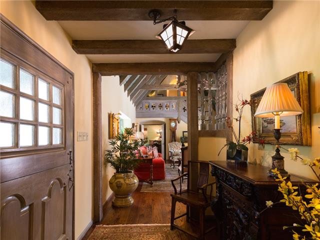 6820 Avalon foyer