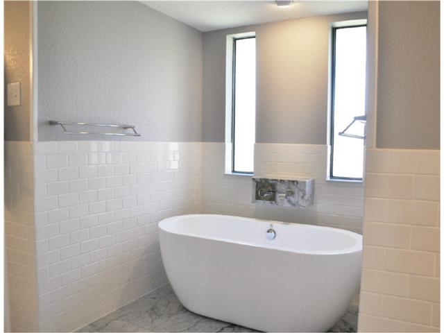 An elegant tub with a truly impressive faucet !