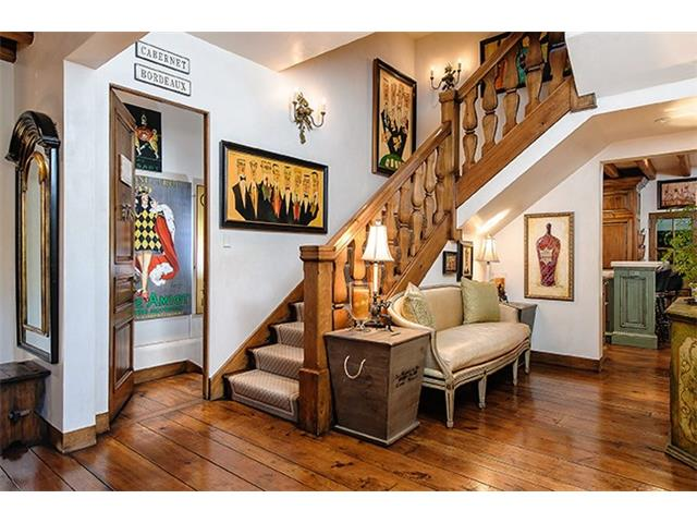 4412 Lakeside stair alcove