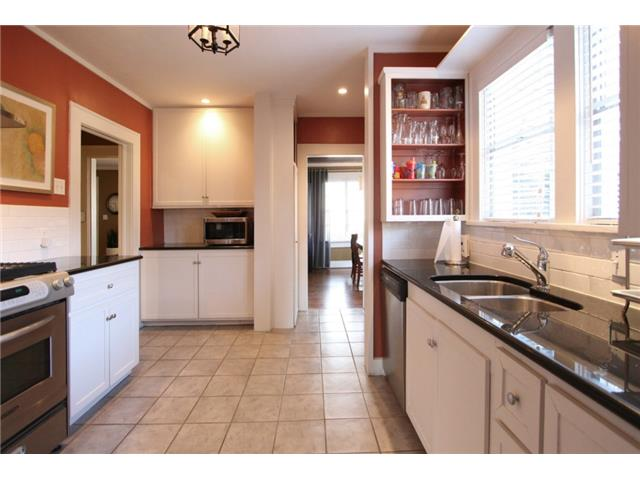 Kitchen offer loads of counter and cabinet space