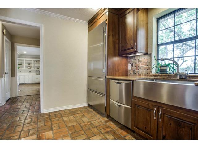 2726 Lawtherwood Kitchen 2