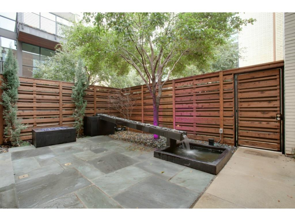4321 Travis Walk courtyard