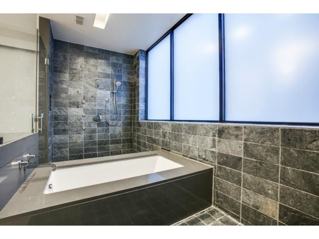 4321 Travis Walk master tub