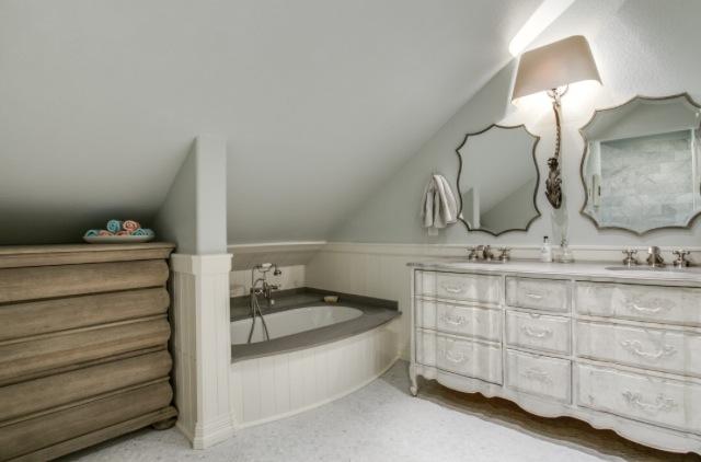 6934 Hammond Upstairs Bath