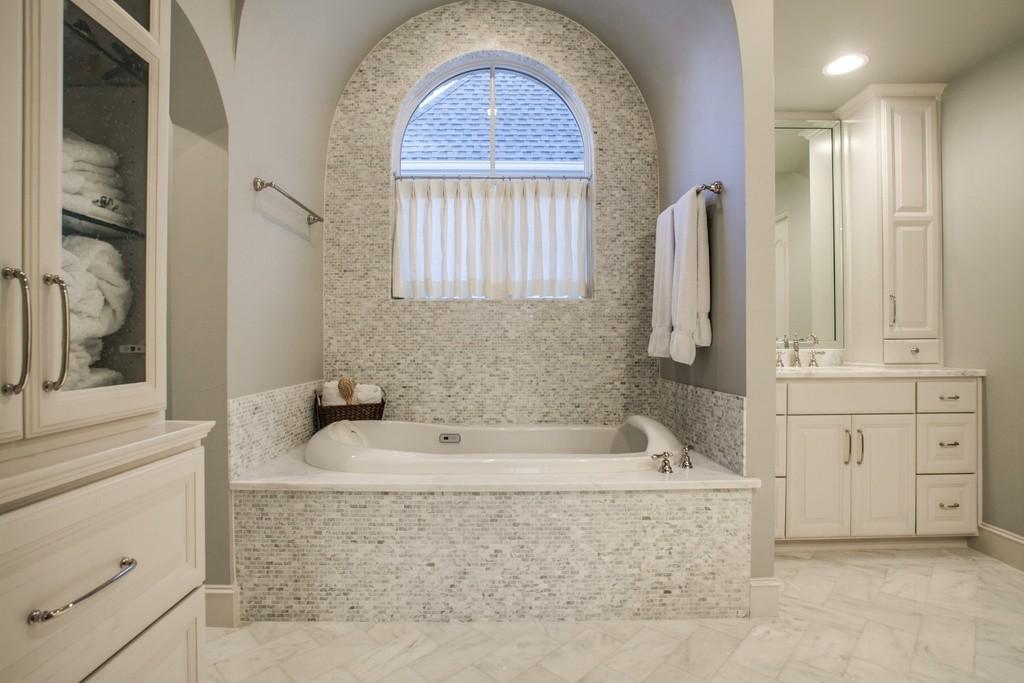 3702 Wentwood master tub