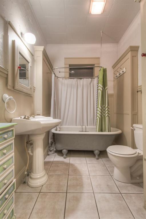 2209 Hurley ave fw bathroom