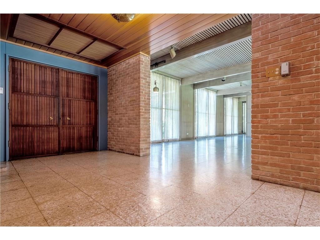 3756 Armstrong Ave foyer