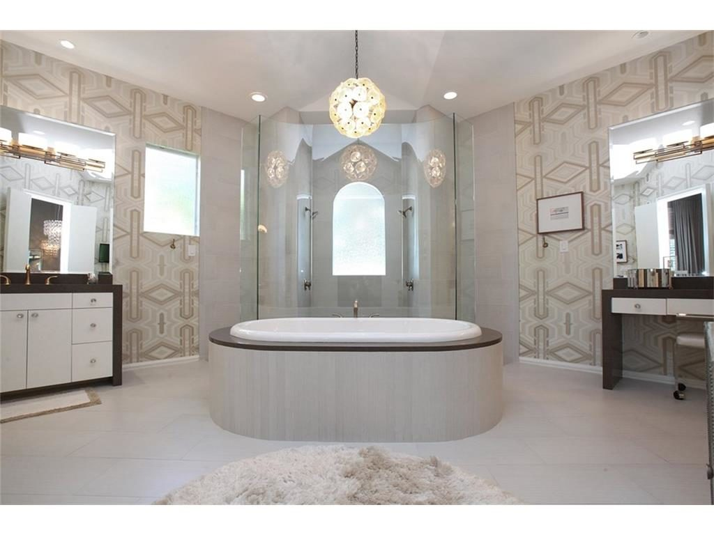 Dowling Drive master bath tub