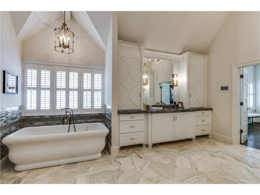 4416 Beverly Drive Master Bathroom