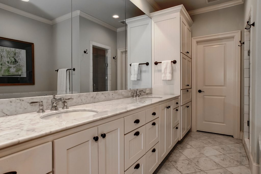 Master bathroom of 4710 Dexter Avenue