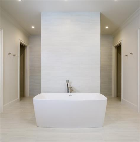 University Park French Contemporary Master tub