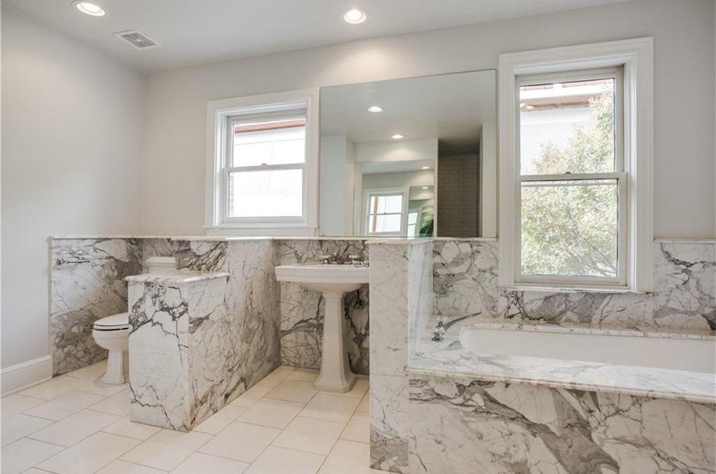 4111 San Carlos upstairs bathroom
