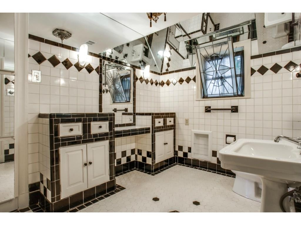 6748 Lakewood bath