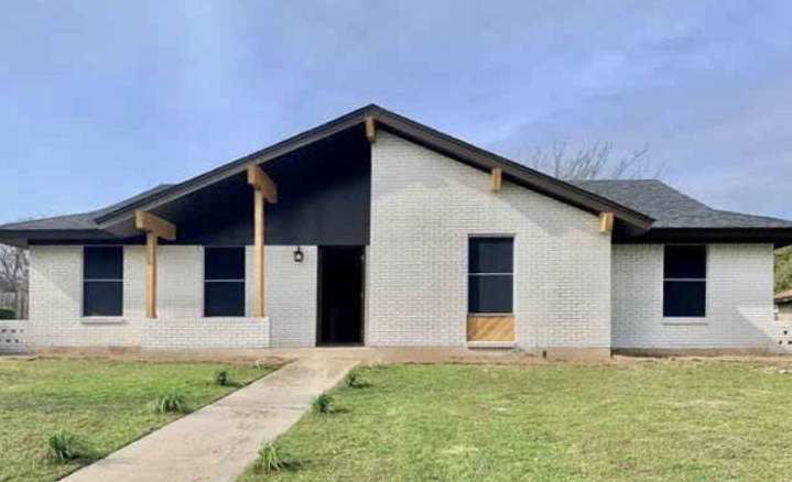 Tuesday Two Hundreds are few and far between, but this contemporary/modern Oak Cliff abode has upgraded features and a nice price.