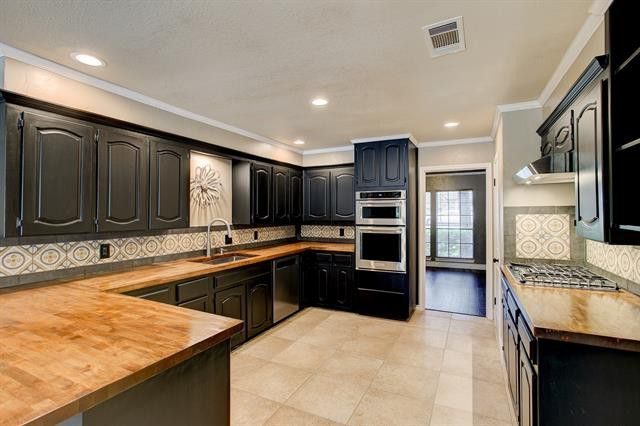 3 Suburban Homes Where Black Cabinets Are The New White Candysdirt Com