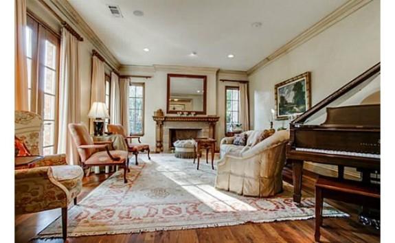 5433 Falls living room