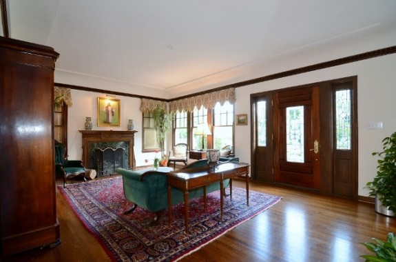 6935 Lakewood Living room