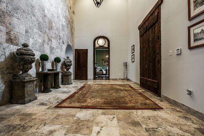 8211 Inwood foyer