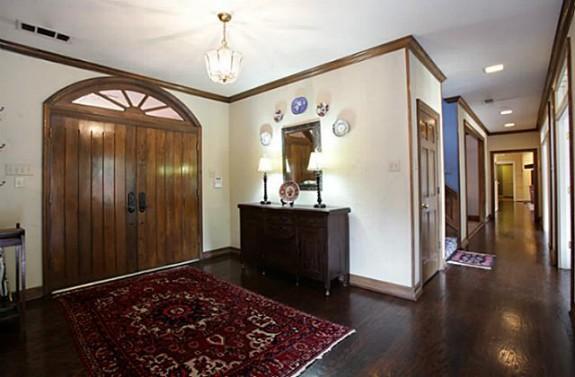 9215 Westview foyer